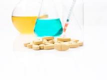 Cuidados médicos alternativos pelo teste no laboratório para fazer a medicina, Foto de Stock Royalty Free