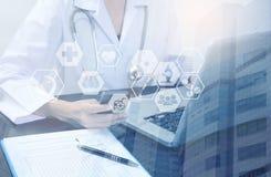 Cuidados médicos da exposição dobro do conceito da tecnologia da medicina Foto de Stock