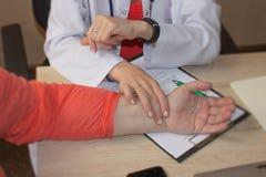 Cuidados médicos e conceito médico Doutor ou enfermeira com paciente mea Fotografia de Stock