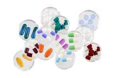 Cuidados médicos e conceito mmedical: apego, pilha de tabuletas da medicina no prato de petri de vidro no fundo branco Imagens de Stock Royalty Free