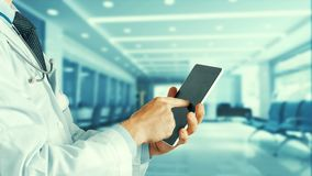 Cuidados médicos e medicina Doutor que usa uma tabuleta digital na clínica Imagens de Stock