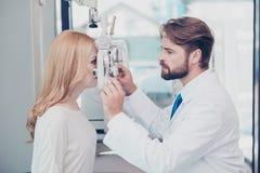Cuidados médicos, medicina, vista do olho e conceito da tecnologia PR do lado foto de stock