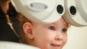 Cuidados médicos - menina bonito pequena na sala do oftalmologista Foto de Stock