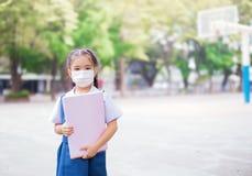 Cuidados médicos - menina que veste uma máscara protetora Fotos de Stock Royalty Free
