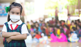 Cuidados médicos - menina que veste uma máscara protetora imagens de stock