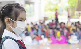 Cuidados médicos - menina que veste uma máscara protetora Foto de Stock Royalty Free