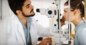 Cuidados médicos, povos, visão e conceito da tecnologia imagens de stock royalty free