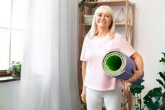 Cuidados médicos superiores da preparação do treinamento da mulher em casa foto de stock