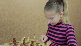 Cuidadosamente movimiento del pensamiento-hacia fuera en juego de ajedrez almacen de metraje de vídeo