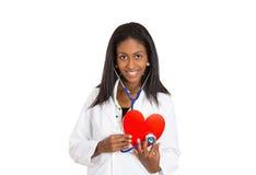 Cuide al cardiólogo profesional de la atención sanitaria con el estetoscopio que lleva a cabo el corazón Imagen de archivo