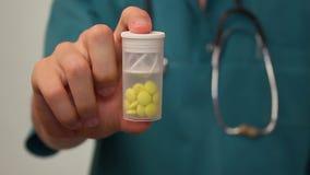 Cuide al paciente de ofrecimiento una botella de píldora de la medicina, tratamiento de la droga almacen de metraje de vídeo