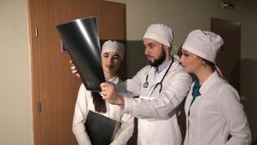 Cuide analizar imagen de investigación humana de la radiografía del cráneo en hospital metrajes