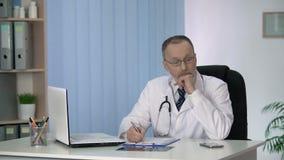 Cuide completar informe médico, considerando la asignación de la diagnosis y del tratamiento almacen de metraje de vídeo