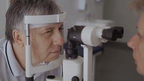 Cuide el control la vista del hombre adulto con el equipo moderno almacen de metraje de vídeo