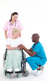 cuide el discurso a un paciente en una silla de rueda Foto de archivo libre de regalías