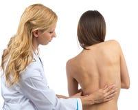 Deformidad paciente de la escoliosis de la espina dorsal de la investigación del doctor Fotos de archivo libres de regalías