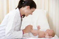 Cuide el donante de chequeo al bebé en sitio del examen Imagen de archivo
