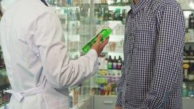 Cuide el donante de la botella de enjuague al paciente y la sacudida de las manos almacen de video