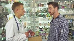 Cuide el donante de un paquete con las píldoras al paciente almacen de metraje de vídeo
