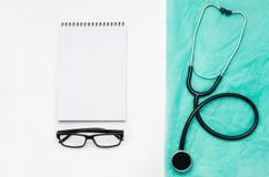 Cuide el escritorio del ` s con los accesorios y los productos médicos Fotografía de la visión superior Foto de archivo