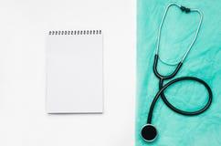 Cuide el escritorio del ` s con los accesorios y los productos médicos Fotografía de la visión superior Imagen de archivo libre de regalías