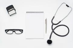 Cuide el escritorio del ` s con los accesorios y los productos médicos Fotografía de la visión superior Fotografía de archivo libre de regalías