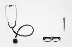 Cuide el escritorio del ` s con los accesorios y los productos médicos Fotografía de la visión superior Imágenes de archivo libres de regalías