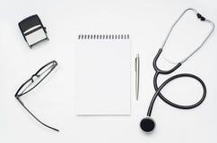 Cuide el escritorio del ` s con los accesorios y los productos médicos Fotografía de la visión superior Fotos de archivo libres de regalías