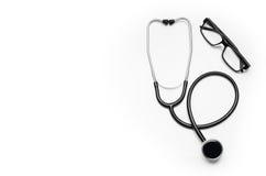 Cuide el escritorio del ` s con los accesorios y los productos médicos Fotografía de la visión superior Foto de archivo libre de regalías
