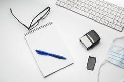 Cuide el escritorio del ` s con los accesorios y los productos médicos Fotografía de la visión superior Fotografía de archivo