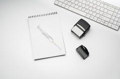 Cuide el escritorio del ` s con los accesorios y los productos médicos Fotografía de la visión superior Fotos de archivo