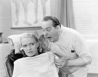Cuide el grito en el oído de un paciente (todas las personas representadas no son vivas más largo y ningún estado existe Garantía Imagen de archivo