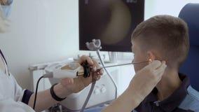 Cuide el oído del control del niño con el telescopio ENT metrajes