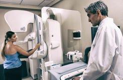 Cuide el procedimiento una mamografía en un paciente en un examen r Fotos de archivo