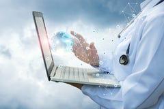 Cuide el trabajo en el ordenador portátil en redes globales de la salud Imágenes de archivo libres de regalías