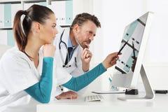 Cuide el uso el ordenador con la enfermera, concepto de médico consultan imagenes de archivo