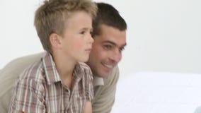 Cuide el vendaje de un pie de los pacientes con su padre en oficina médica metrajes