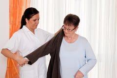 Cuide en el cuidado envejecido para los ancianos en el oficio de enfermera Fotos de archivo