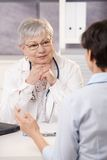 Cuide escuchar el paciente Foto de archivo