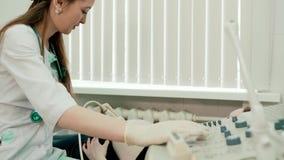 Cuide hacer el ultrasonido 3d en el vientre de la mujer embarazada en clínica almacen de video