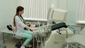 Cuide hacer el ultrasonido 3d en el vientre de la mujer embarazada en clínica almacen de metraje de vídeo