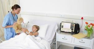 Cuide intentar animar para arriba a una niña enferma almacen de video