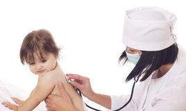 Cuide la comprobación del bebé con el estetoscopio en el fondo blanco Fotografía de archivo libre de regalías