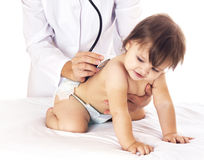 Cuide la comprobación del bebé con el estetoscopio en el fondo blanco Imágenes de archivo libres de regalías