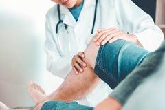 Cuide la consulta con la terapia física co de los problemas pacientes de la rodilla imágenes de archivo libres de regalías
