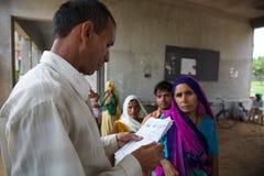 Cuide la consulta de una nota médica patrient en la India Imagen de archivo