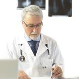Cuide la escritura de una prescripción, en el fondo blanco con x-ra Foto de archivo