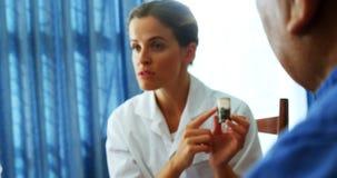 Cuide la explicación sobre medicina a la gente mayor 4k almacen de metraje de vídeo