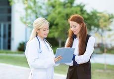 Cuide la explicación a un plan petient del tratamiento, resultados del laboratorio Imagen de archivo libre de regalías