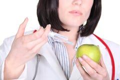 Cuide la inyección de las drogas en manzana Imagen de archivo libre de regalías